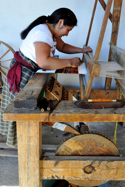 Weaver at the foot loom 2011, Photo by Centro Bii Daüü, Zapotec Arts Center Oaxaca